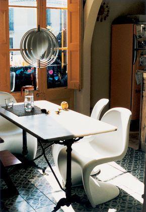 Sedia panton chair un icona del design prodotta da vitra for Sedia design panton