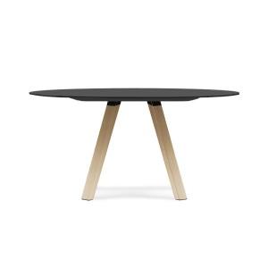 Arki table di Pedrali: un tavolo da pranzo dal design minimale ma ricco di sostanza