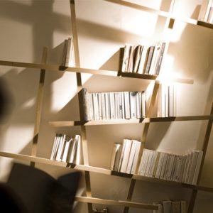Libreria Mikado: il design destrutturato per arredare la parete
