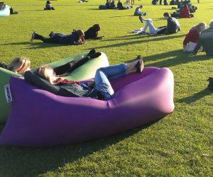 Il sofà gonfiabile per chi vuole stare comodo anche fuori casa