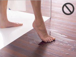 Un esempio di ristagno d'acqua da evitare nel caso di pavimento in legno utilizzato nel bagno