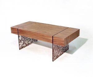 Truciolo, il tavolo da salotto in noce canaletto e resina