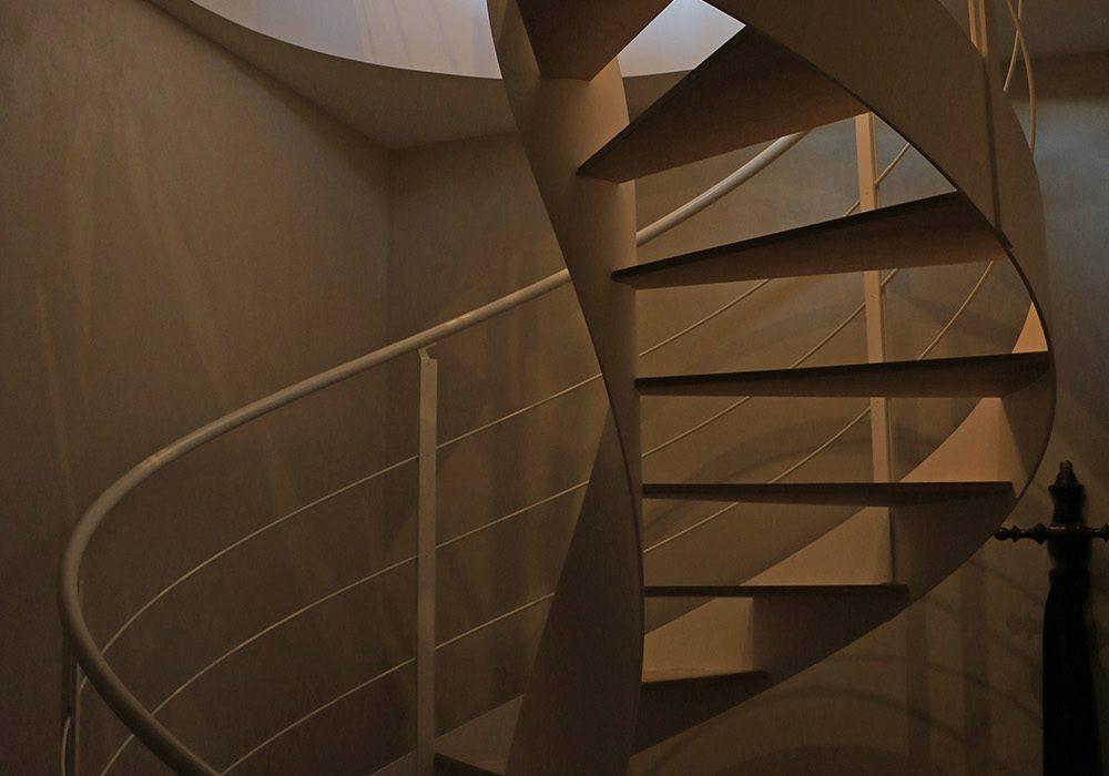 Scala elicoidale con gradini in legno